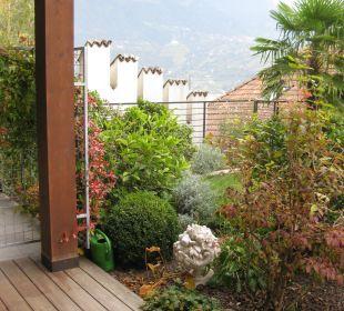 Terrasse vor dem Innenpool Hotel La Maiena Meran Resort