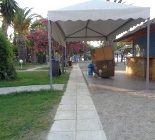Rechts, die Strandbar Hotel Three Stars Village