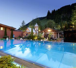 Infinity Pool & Garten Hotel Quelle Nature Spa Resort