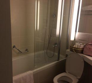 Toilette und Dusche Ramada Nürnberg Parkhotel