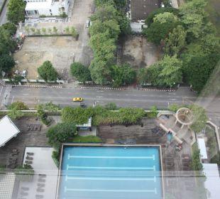 Ausblick vom 26. Stock auf den Pool Pathumwan Princess Hotel