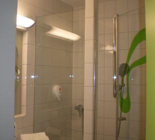 Nettes Bad mit Regenwalddusche