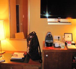Schreibtisch, Minibar und TV Small Luxury Hotel Das Tyrol