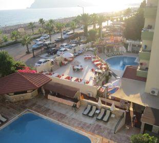 Widok z balkonu na baseny i taras Hotel Krizantem