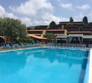 Pool (vor der Öffnungszeit) Hotel L'Olivara Villaggio