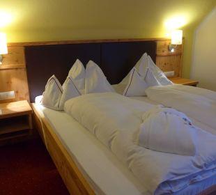 Bett im Zimmer 219 Hotel Trattlerhof