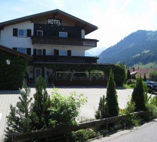 Eingangsseite mit Parkplatz Hotel Garni Malerwinkl