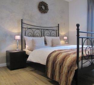 Schlafzimmer mit Balkon zur Gartenseite Country-Suites Landhaus Dobrick Am Schultalbach