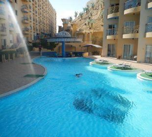 Бассейн находится между двумя корпусами Sphinx Aqua Park Beach Resort