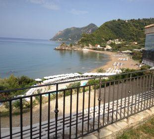 Blick vom Restaurant zur Bucht Mayor Pelekas Monastery