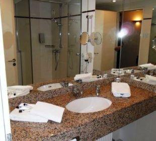 Waschtischteil des Bades Globana Airport Hotel