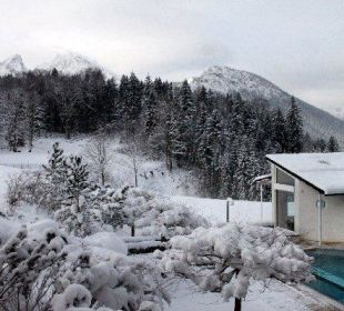 Blick vom Balkon zum Außenpool und Watzmann Alm- & Wellnesshotel Alpenhof