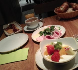 Käse-,Schinkenplatte und frisches Obst auf Joghurt Hotel FIVE
