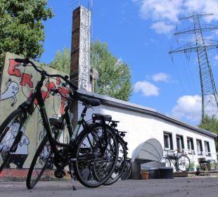 Mauerteile und Leihräder Qbe Hotel Heizhaus Berlin