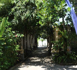 Die Einfahrt zur Oase Nusa Indah Bungalows & Villa