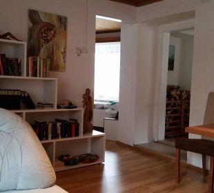 Wohnzimmer mit Bibliothek Ferienwohnung Urlaubsnest