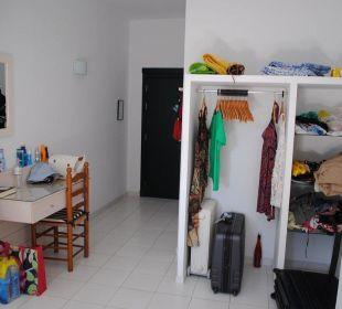 Offener Schrank und Schreibtisch Hotel Poseidon Bahia