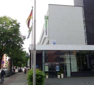Haupteingang an der 4-spurigen Lübeckerstraße Hotel Holiday Inn Express Hamburg City Centre