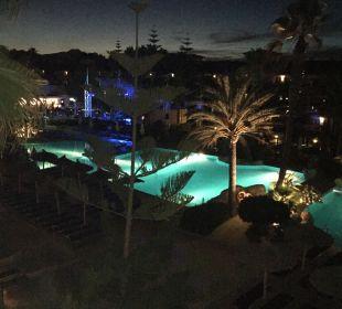 Ausblick auf den Pool am Abend allsun Hotel Eden Playa