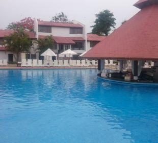Der Hauptpool mit Swim up bar. Hotel BlueBay Villas Doradas Adults Only