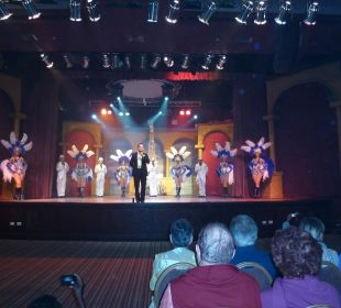 Abendshow im Theater Dreams La Romana Resort & Spa