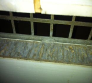 Badezimmertür von innen. Gitter fehlt, Staub. Hotel Haus Hillesheim