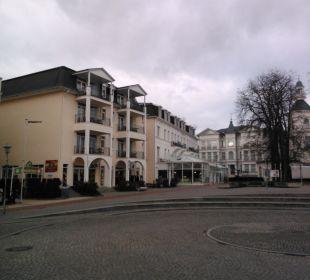 Im Hintergrund Hotel Pommerscher Hof SEETELHOTEL Ostseeresidenz Heringsdorf