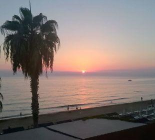 Blick von von der Strandbar auf den Sonnenuntergan Hotel Arabella World