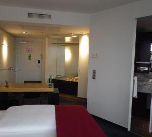 Blick zur Zimmertüre Hotel Holiday Inn Villach