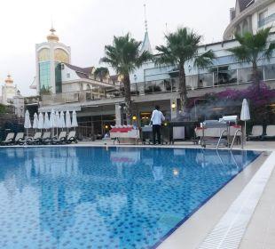 Pool mit Sicht auf Restaurant und oben Lobby Hotel Side Crown Palace