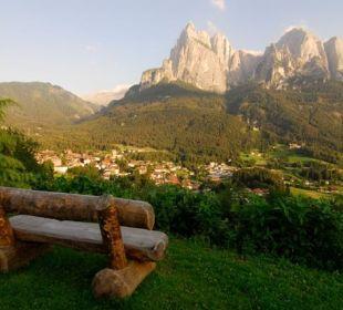 Blick auf den Schlern und Seis von unserem Garten Silence & Schlosshotel Mirabell