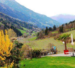 Blick aus dem Garten in das Passeiertal Hotel Alpenhof Passeiertal