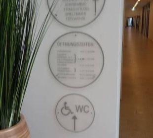 Hinweisschilder in der Lobby Carat Golf & Sporthotel Residenz