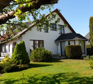 Vorderseite mit Gartenanlage Gästehaus Linde
