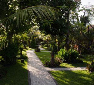 Garten zwischen den Häusern COOEE Bali Reef Resort