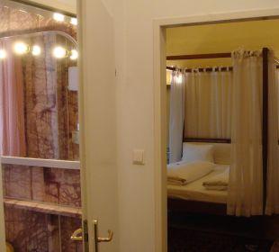 Gerümiger Vorraum, Blick ins Zimmer 1 Hotel zum Dom