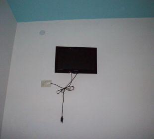 Fernseher sehr klein und ganz oben Hotel Alemagna