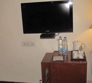 TV und kleiner Barschrank Clarks Shiraz Hotel