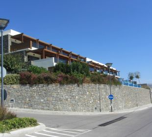 Blick von der Küstenstraße mit Einfahrt zum Hotel Boutique 5 Hotel & Spa