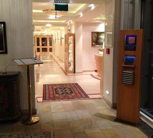 Blick vom Eingang zur Rezeption Relais & Châteaux Hotel Bayrisches Haus