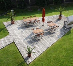 Sitzecke in der Außenanlage Swiss Heidi Hotel