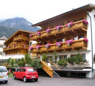 Seitenansicht Hotel Donnerhof mit Parkplatz Hotel Donnerhof