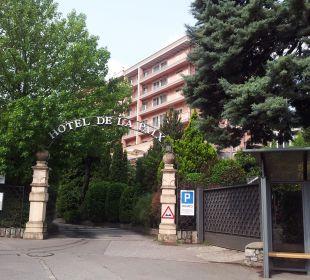 Eingang zu Hotel, Restaurant und Tiefgarage Hotel De La Paix