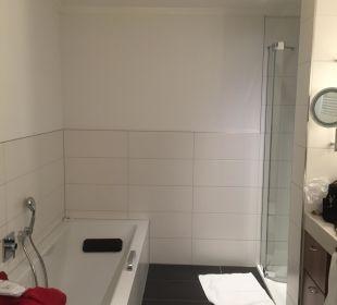 Großes Bad mit Dusche und Wanne Ringhotel Krone Schnetzenhausen
