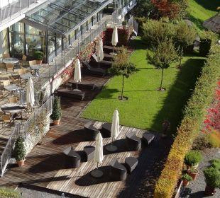Terrasse und Teil des Gartens Lenkerhof gourmet spa resort
