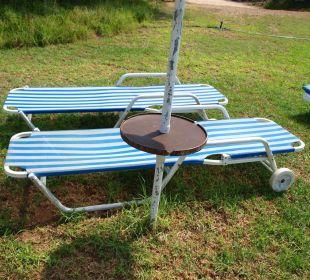 Rostiges Tischen am Schirm Hotel Mimosa Beach