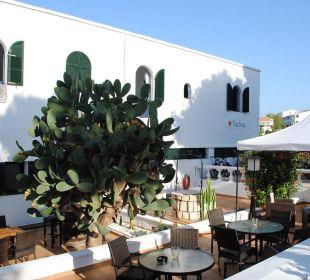 Innenhof mit Sitzmöglichkeiten Hotel Poseidon Bahia