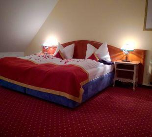 """Das """"romantisch"""" dekorierte Bett Luitpoldpark Hotel Füssen"""