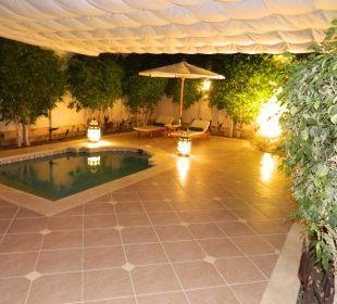 Großzügige Terrasse mit Pool bei Nacht