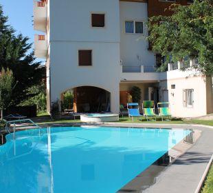 Pool mit Hotel im Hintergrund Hotel Zirmerhof